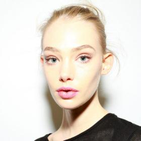 H Senior Artist της MAC σας δείχνει τον απόλυτο συνδυασμό κραγιόν για φυσικό χρώμα στα χείλη