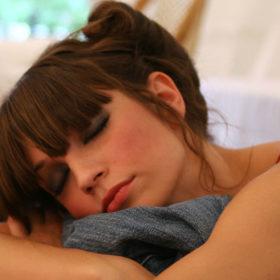 Να πώς θα ξυπνήσετε με φρεσκολουσμένα μαλλιά, ακόμα κι αν κοιμηθείτε άλουστες!