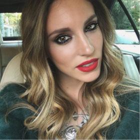 Η Αθηνά Οικονομάκου αποκάλυψε το δικό της τρικ για να έχει το κραγιόν διάρκεια στα χείλη
