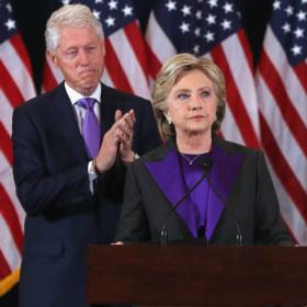 Γιατί η Hillary Clinton φόρεσε μοβ στην ομιλία παραδοχής της ήττας της;