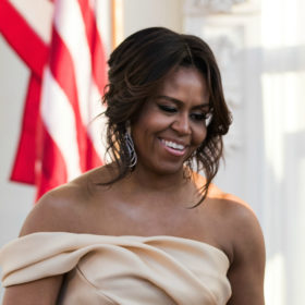 Michelle Obama: Μας δείχνει πώς να δημιουργήσουμε ένα κομψό glam σύνολο με κοστούμι