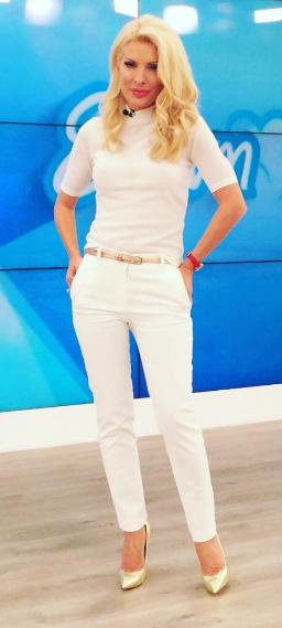 87337fe63592 Σήμερα λοιπόν η παρουσιάστρια επέλεξε ένα κοντομάνικο, ζιβάγκο τοπ και ένα  στενό, λευκό παντελόνι, και τα δύο Billy Sabbado (Succuba Fashion) τα οποία  ...
