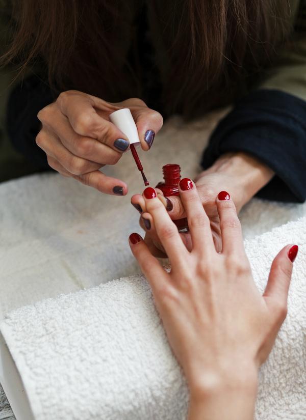 nailhood, red mani,