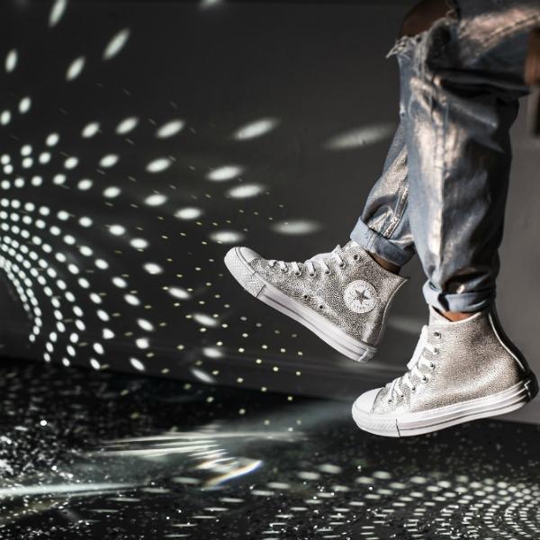 Τα νέα μεταλλικά Converse All Star είναι τα παπούτσια που θέλουμε ... a9938bc6fa8