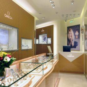 OMEGA: Αν θέλετε να επενδύσετε σε ένα υπέροχο ρολόι, τότε πρέπει να επισκεφθείτε τη boutique στο Κολωνάκι