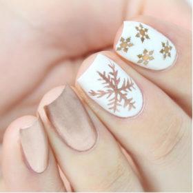 Βρήκαμε το τέλειο Χριστουγεννιάτικο μανικιούρ για εσάς που δεν συμπαθείτε τα «υπερβολικά» nail art