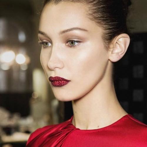 bella-hadid-glitter-lips