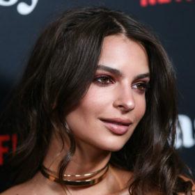Η Emily Ratajkowski έκανε καρέ και απέδειξε πως δεν χρειάζεται μακριά μαλλιά για να δείχνει σέξι