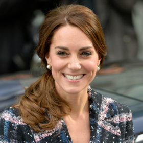 Κι όμως η Kate Middleton δε διστάζει να φορέσει το ίδιο ρούχο πολλές φορές