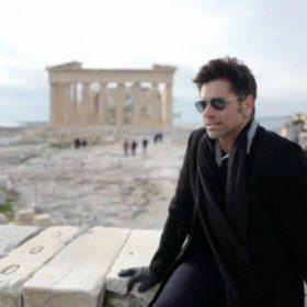 John Stamos: Ο ελληνικής καταγωγής ηθοποιός νιώθει ενθουσιασμένος, στην τοποθεσία Ελλάδα