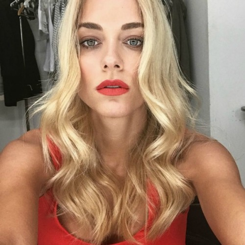doukissa nomikou, red lips, kokkina xeili, wavy hair,