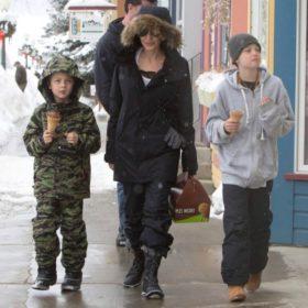 Κρυώνετε; Αυτές είναι οι μπότες που φορούν όλοι οι celebrities στον χιονιά