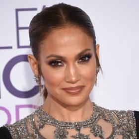 Βρήκαμε με ποιο τρόπο η Jennifer Lopez και άλλες celebrities δείχνουν αγέραστες