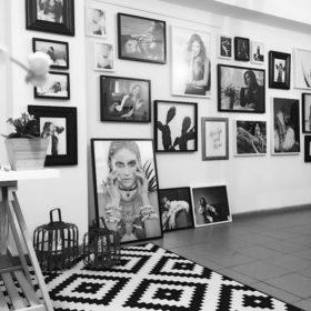 Η Αθήνα Οικονομάκου μας ξεναγεί για πρώτη φορά στο καινούργιο της γραφείο στο Χαλάνδρι