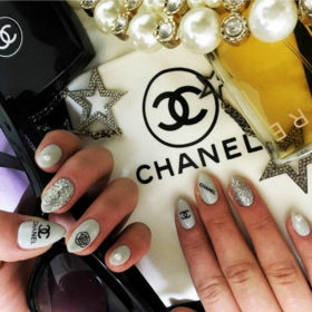 Logo Nails: Η νέα τάση θέλει να κυκλοφορείτε με τα αγαπημένα σας brand στα νύχια