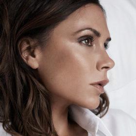 Victoria Beckham: Δείτε την να κάνει βήμα βήμα το αγαπημένο μακιγιάζ της