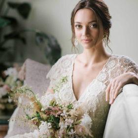 Παντρεύεστε την Άνοιξη; Η Κατερίνα Καινούργιου σας προτείνει το τέλειο νυφικό χτένισμα