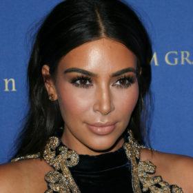 Πετάνε τα μαλλιά σας; Η Kim Kardashian σας δείχνει το τέλειο χτένισμα με τσιμπιδάκια