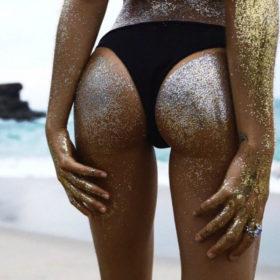 Glitter Booty: Η τρελή τάση που θα μας κάνει όλους να φοράμε γυαλιά ηλίου το καλοκαίρι