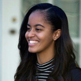 Η Malia Obama έκανε το αγαπημένο hairstyle των Ελληνίδων celebrities (με επιτυχία, σε αντίθεση με εκείνες)
