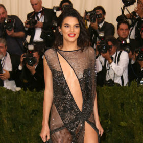 Βρήκαμε ποιο είναι το τέλειο κόκκινο κραγιόν που φόραγε στο Met Gala η Kendall Jenner