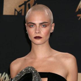 Να πώς η Cara Delevingne κάνει το ξυρισμένο της κεφάλι να δείχνει σέξι και θηλυκό