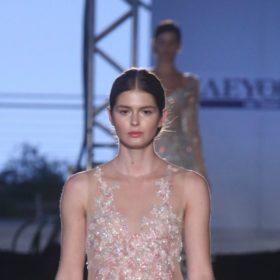 Δείτε το απίστευτα σέξι φόρεμα που φόρεσε η Αμαλία Κωστοπούλου στην επίδειξη της Σίλιας Κριθαριώτη