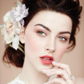 Η top makeup artist Lisa Eldridge σας δείχνει πώς θα κάνετε μόνες σας το τέλειο νυφικό μακιγιάζ