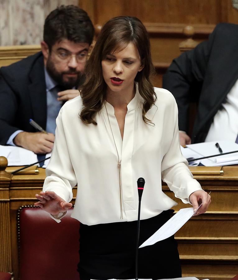 Η υπουργός Εργασίας Έφη Αχτσιόγλου  μιλάει στη συνεδρίαση της Ολομέλειας της Βουλής κατά τη συζήτηση και ψήφιση των μέτρων για το κλείσιμο της β' αξιολόγησης, Αθήνα, την Τετάρτη 17 Μαϊου 2017, για την αντισυνταγματικότητα του νομοσχεδίου. ΑΠΕ-ΜΠΕ/ΑΠΕ-ΜΠΕ/ΣΥΜΕΛΑ ΠΑΝΤΖΑΡΤΖΗ