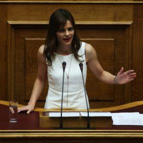 Δείτε πόσο κοστίζει το κόσμημα που φοράει κάθε μέρα η υπουργός εργασίας, Έφη Αχτσιόγλου