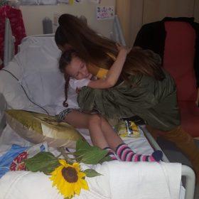 Οι φωτογραφίες της τραγουδίστριας που επισκέφτηκε θύματα τρομοκρατικής επίθεσης στο νοσοκομείο θα φέρουν δάκρυα στα μάτια σας