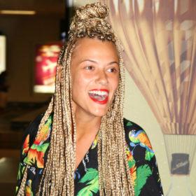 Η Λάουρα Νάργες δεν έχει πια κοτσιδάκια! Δείτε πώς ήταν τα μαλλιά της όταν τα έλυσε