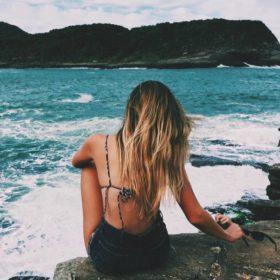 Ορίστε πώς θα προστατεύσετε τα μαλλιά σας από τον ήλιο και τη θάλασσα το καλοκαίρι