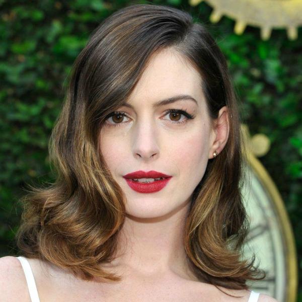 anne hathaway red lipstick, Ένα ΠΟΛΥ σημαντικό βήμα που ίσως ξεχνάτε να κάνετε όταν φοράτε έντονο κραγιόν