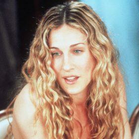 Το αξεσουάρ μαλλιών που μισούσε η Carrie Bradshaw κάνει δυναμικό comeback