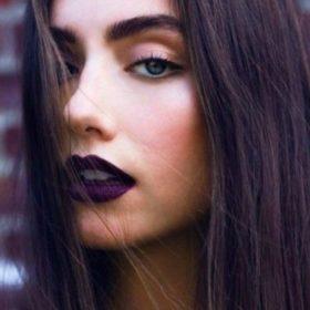 Η celebrity makeup artist Ρούλα Σταματοπούλου σας δείχνει πώς να φορέσετε το μοβ κραγιόν