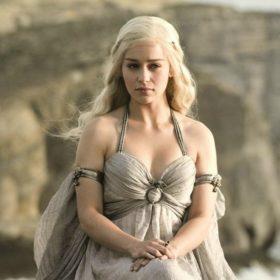 Η Emilia Clarke έγινε Daenerys Targaryen από το Game of Thrones ΚΑΙ στην πραγματική ζωή