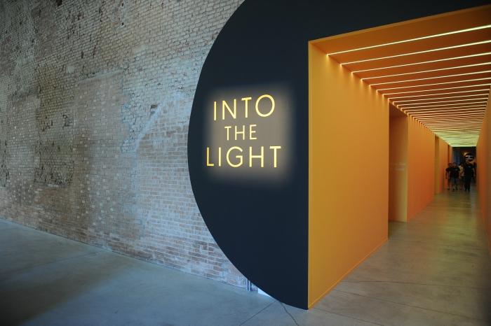 H είσοδος στο event στο Μουσείο Επιστήμης και Τεχνολογίας στο Μιλάνο ήταν μια φωτεινή πύλη.