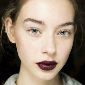 Fall Lips: Βρήκαμε τα ωραιότερα σκούρα κραγιόν για το φετινό φθινόπωρο