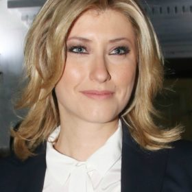 Σία Κοσιώνη: Φόρεσε το ίδιο κοστούμι στο δελτίο ειδήσεων, ακριβώς κι ένα χρόνο πριν