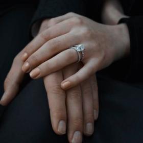 Παντρεύεται: Ποια ηθοποιός ανακοίνωσε τον αρραβώνα της με αυτόν τον ηθοποιό;