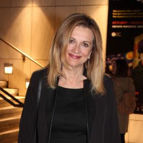 Σε σπάνια εμφάνισή της, η Άντα Παπανδρέου έκλεψε την παράσταση με το look της