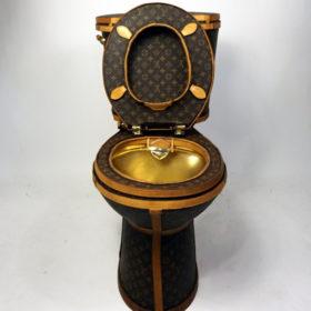 Εσείς θα καθόσασταν πάνω σε μια τουαλέτα Louis Vuitton;