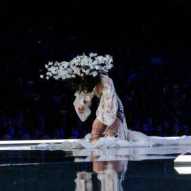 «Άγγελος» έπεσε στο Victoria's Secret Fashion show. Δείτε τις φωτογραφίες