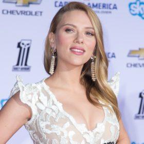Η Scarlett Johansson έγινε 33 και συνεχίζει να είναι η πιο σαγηνευτική celebrity