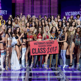 Victoria's Secret: Τα πιο όμορφα μοντέλα του κόσμου περπάτησαν και πάλι στο πιο φαντασμαγορικό catwalk
