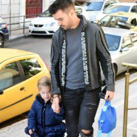 Γιάννης Τσιμιτσέλης: Στόλισε ένα διαφορετικό δέντρο μαζί με τη μικρή του κόρη