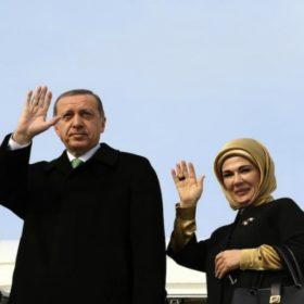 Emine Erdoğan: Τι επέλεξε να φορέσει η Πρώτη Κυρία της Τουρκίας για την άφιξή της στην Αθήνα;