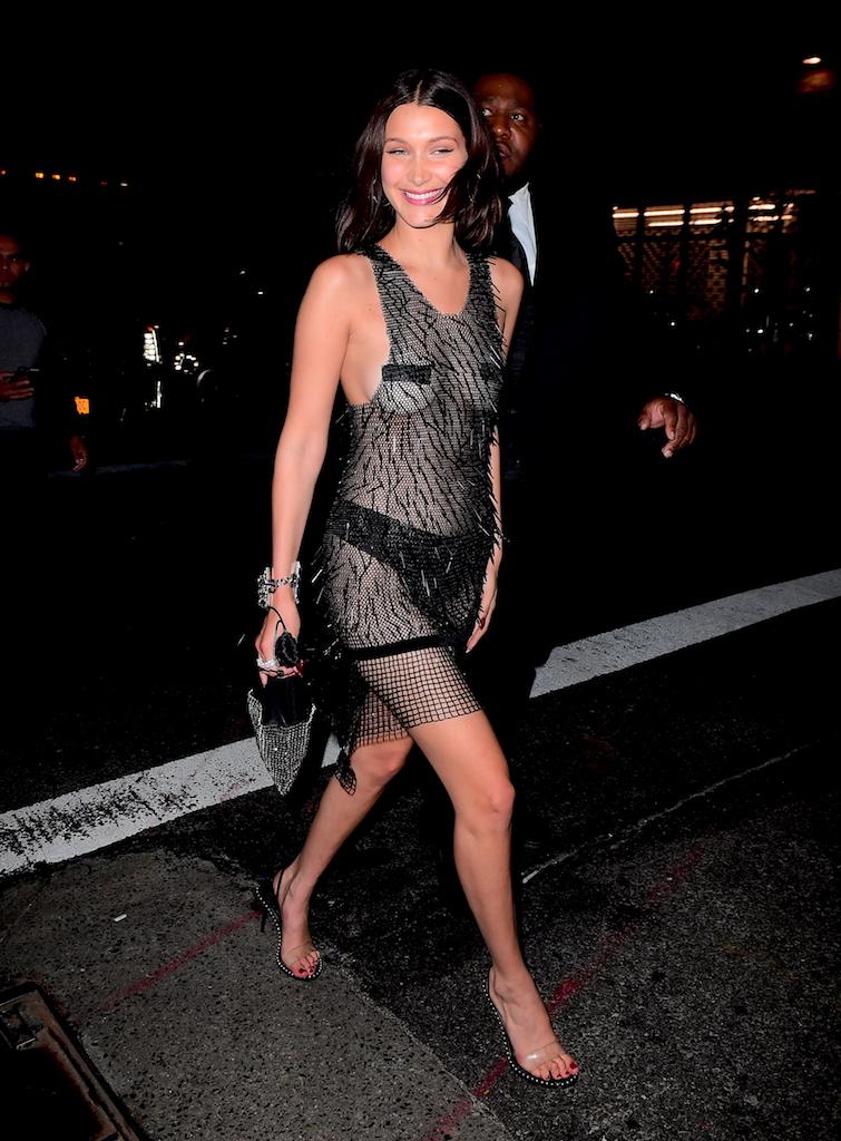 H Bella Hadid στο πάρτι της Rihanna μετά το Met Gala, συνέχισε ακόμα πιο τολμηρά, με Alexander Wang και μαύρη ταινία και μαύρο εσώρουχο να καλύπτουν τα επίμαχα σημεία.