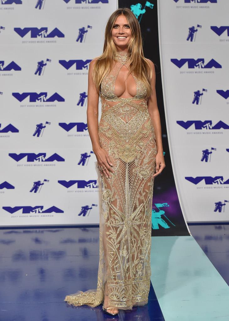 H Heidi Klum με εκτυφλωτικό χρυσό Peter Dundas φόρεμα και εξίσου εκτυφλωτικό ντεκολτέ.